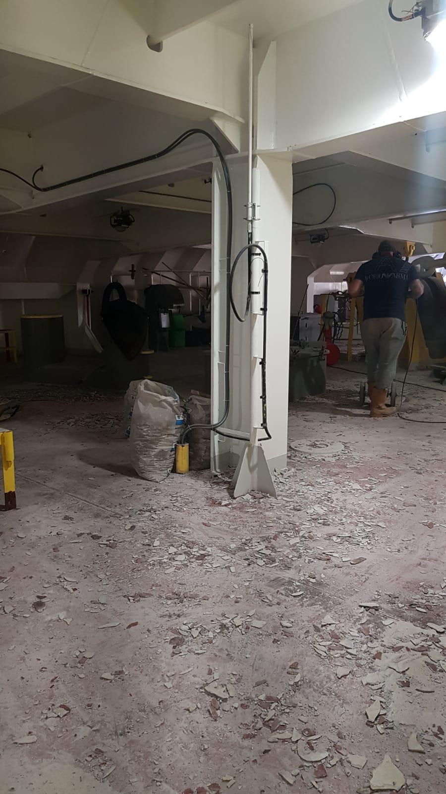 breekhamers ingezet bij vloer slopen