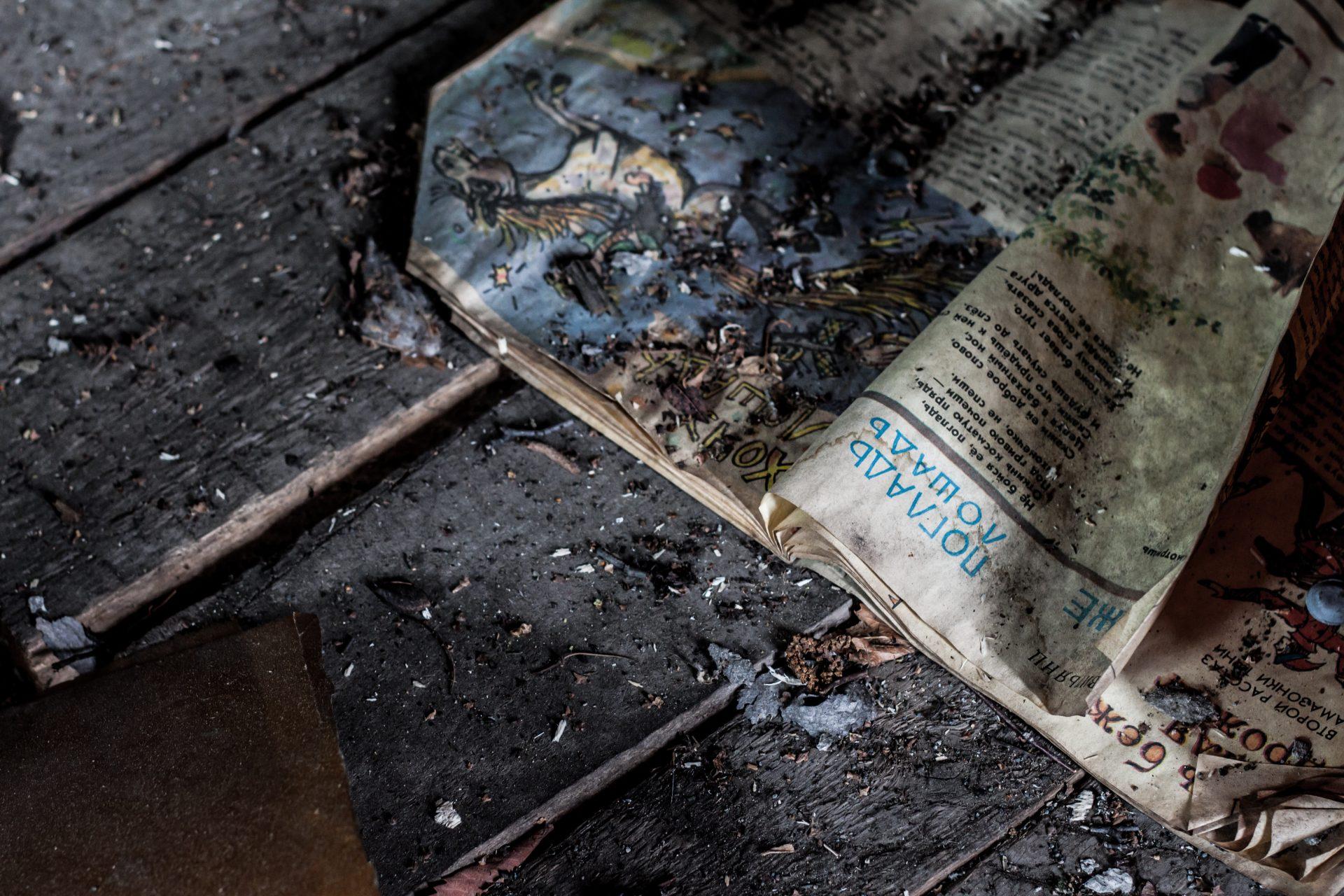 verbrande krant en vloer