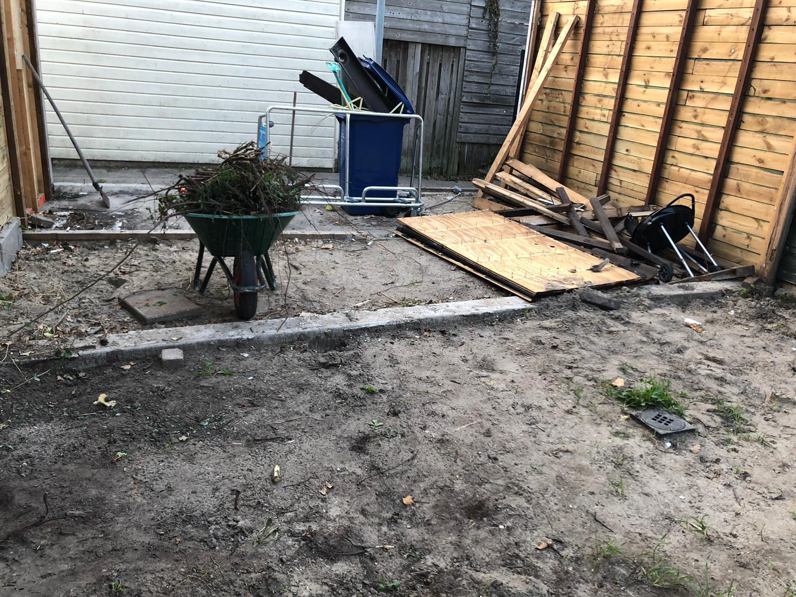 tuin die leeg is voor renovatie