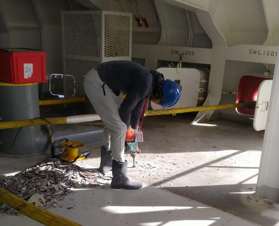 Sloop Concurrent een betonvloer aan het slopen
